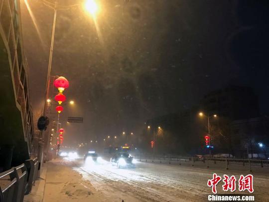 降雪量大,乌鲁木齐城区道路已被积雪覆盖。 张冬梅 摄