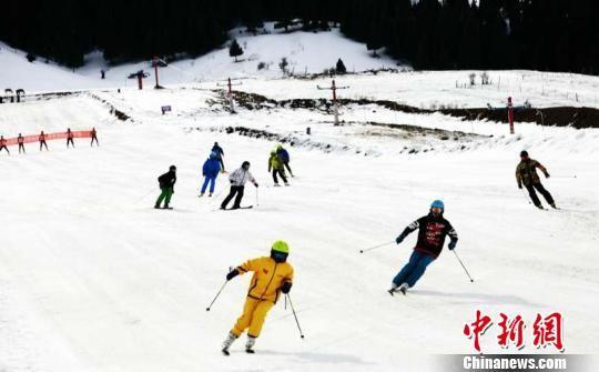 喀拉峻草原上的滑雪场。 朱景朝 摄