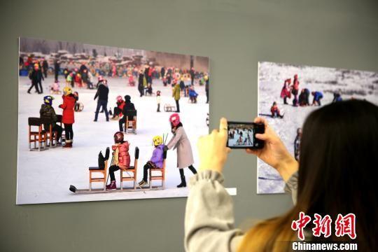 """12月4日,由中国驻哈萨克斯坦使馆主办的庆祝改革开放40周年""""辉煌中国・新疆篇""""在阿斯塔纳哈国家博物馆开幕。图为当地民众观展。 文龙杰 摄"""