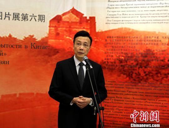 """12月4日,由中国驻哈萨克斯坦使馆主办的庆祝改革开放40周年""""辉煌中国・新疆篇""""在阿斯塔纳哈国家博物馆开幕。图为中国驻哈大使张霄致辞。 文龙杰 摄"""