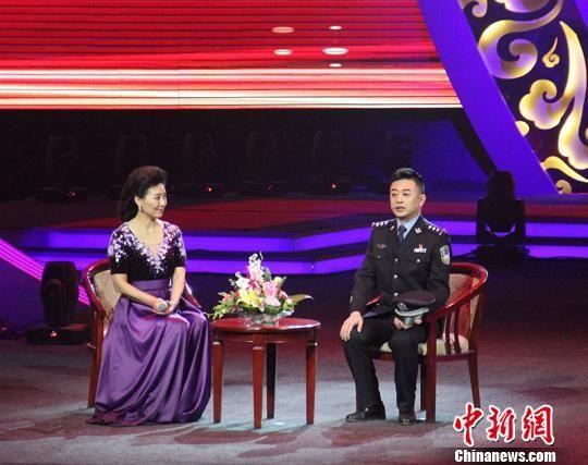 颁奖仪式现场邀请被表彰模范同事上台讲述其先进事迹。 戚亚平 摄