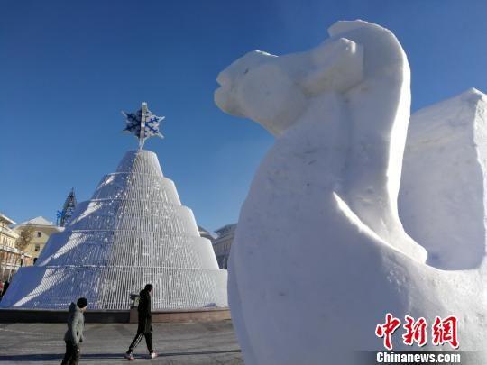 雪雕成为亮点吸引游客欣赏。 王小军 摄