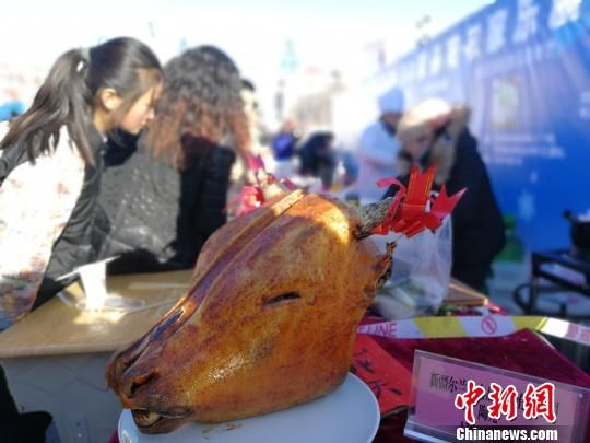活动现场吸引诸多农家乐展示新疆特色美食。 王小军 摄
