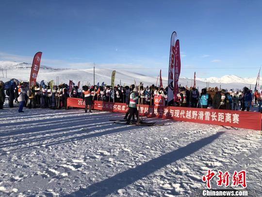 本次比赛是古老滑雪与现代滑雪同场竞技的大众越野滑雪比赛。 武彦龙 摄