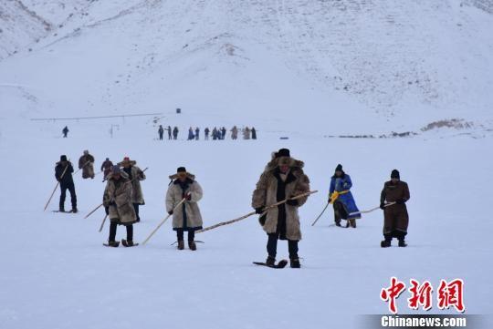 展示古老毛皮滑雪。 王少勇 摄