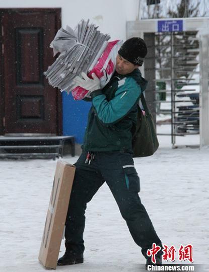 叶尔肯忙着送报纸和快递。 郝胜忠 摄