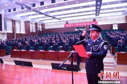 集体换装仪式上全体民警在开展宣誓。 李康强 摄