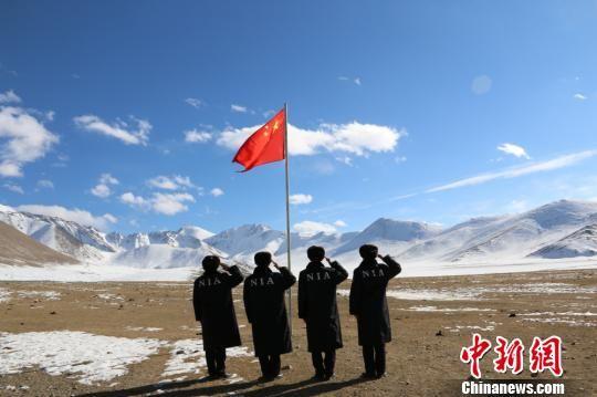 喀什边境管理支队红其拉甫派出所民警在边境一线举行升旗仪式。 陈镜全 摄