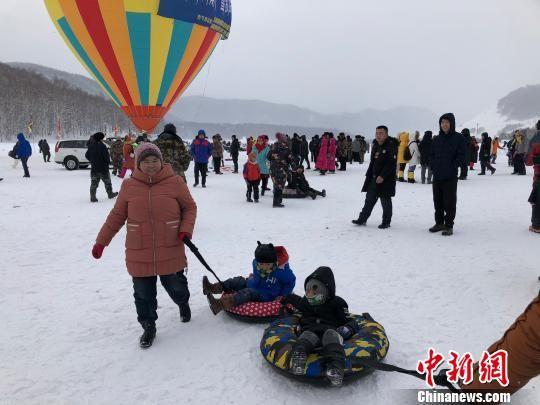 1月1日,第十一届喀纳斯冰雪风情旅游节暨泼雪狂欢节在新疆喀纳斯禾木开幕。 勉征 摄