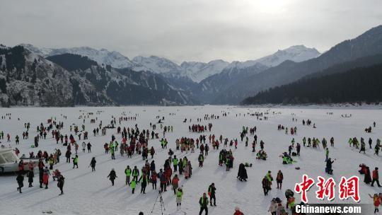 天池结冻上冰,游客在冰面尽情玩耍。 王小军 摄