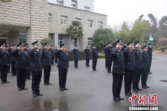安徽出入境边防检查总站民警向援疆民警敬礼。 薛傲杰 摄