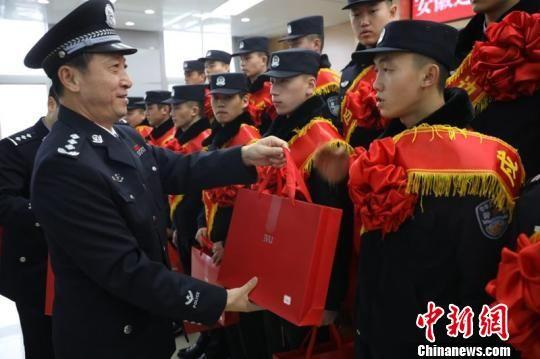 23名年轻民警将启程分赴新疆、黑龙江、云南、内蒙古等艰苦边远地区。 薛傲杰 摄
