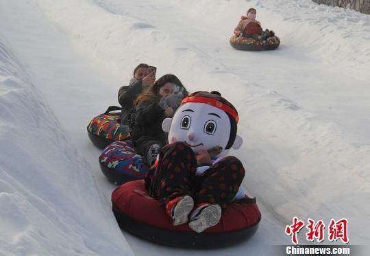 游客体验冬季冰雪旅游乐趣。 戚亚平 摄