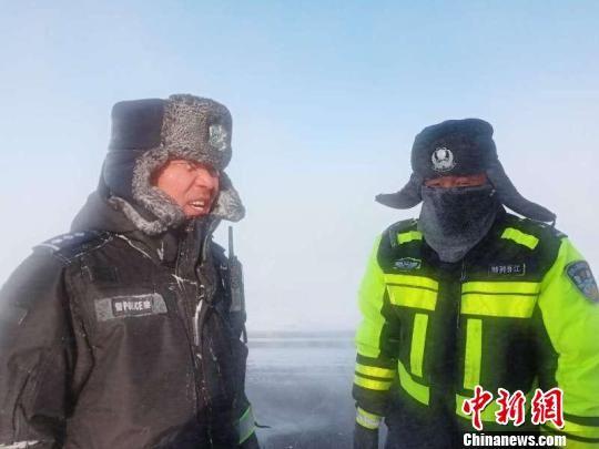 """吉木乃县交警在""""闹海风""""区域疏导交通后变成了""""冰人""""。 王芮 摄"""
