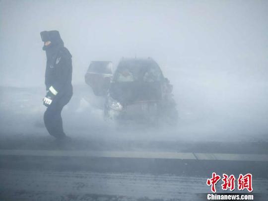 """1月7日午间,吉木乃境内出现""""闹海风"""",大风伴着吹雪,能见度不足一米。 王芮 摄"""