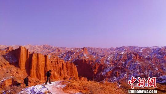 游客被天山托木尔大峡谷景色吸引。 王小军 摄