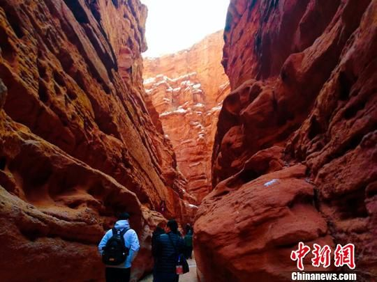 游客体验峡谷游。 王小军 摄