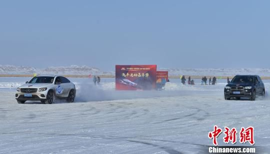 在冰上越野活动现场,多个热爱汽车运动的越野车协会和汽车俱乐部,专业越野车辆齐聚冰雪皑皑的艾里克湖参加冰上越野,赛事激昂,江湖争霸,举世瞩目,盛况空前。 王嘉豪 摄