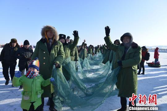 冬捕大起网将活动推向了高潮。 王世岩 摄