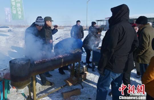 在冰天雪地里起炉烧烤,别有一番风味。 牟银元 摄