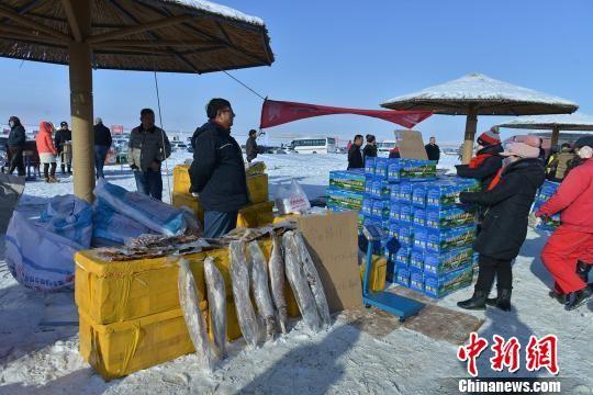 随着人流涌入活动现场,当地民众准备的特色农产品销售一空。 牟银元 摄