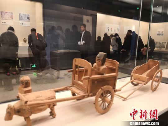 """展览分为古道、商贸、交融三个单元,以丝绸之路上往来的交通工具――马、骆驼、车辆等为主题,采用""""移步换景""""展示方式,通过文物串联起丝绸之路上的政治、经济、文化交流事件。 丁思 摄"""