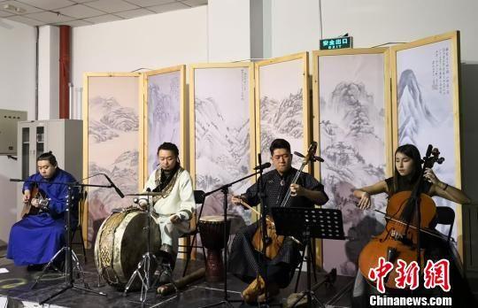 """1月23日,为了进一步提升观展体验,甘肃本土原生态乐队""""朝格组合""""在展出现场助阵,带来一场穿越古今的视听新享受。 丁思 摄"""