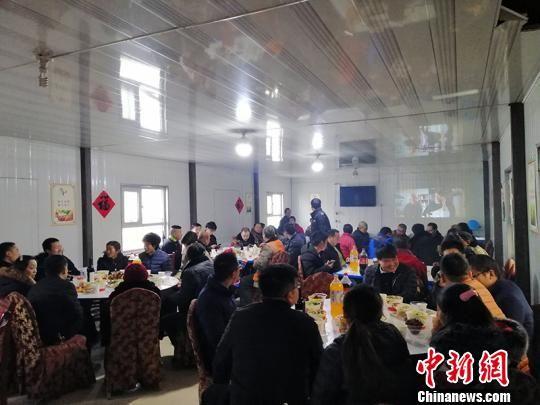 格库铁路新疆段S6标项目为员工准备了丰盛的年夜饭,百余名员工共聚一堂。 孔令录 摄