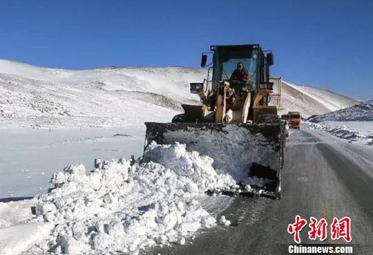 库尔勒公路管理局巴仑台分局抢险除雪机械在G218线巴州和静县巴仑台镇察汗努尔达坂路面清理积雪。 王玉霞 摄