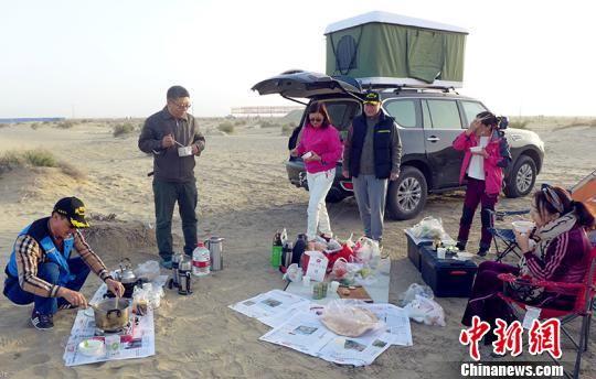 因紧傍塔克拉玛干沙漠,第一师阿拉尔市成为沙漠自驾游的好去处。 李桃 摄