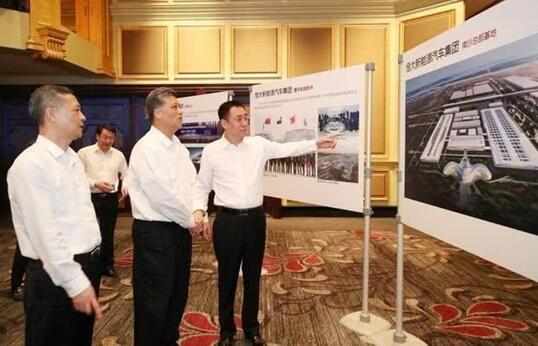 许家印向马兴瑞省长和张硕辅书记介绍恒大新能源汽车情况。