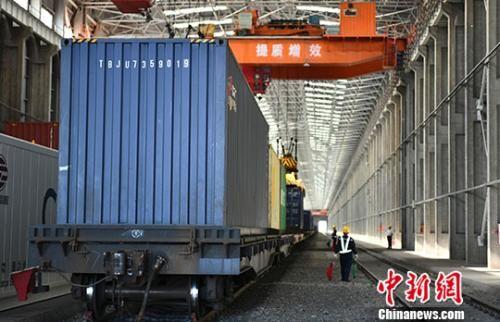 图为6月14日,中国铁路乌鲁木齐局集团有限公司阿拉山口站站内进行换装作业。中新社记者 张兴龙 摄