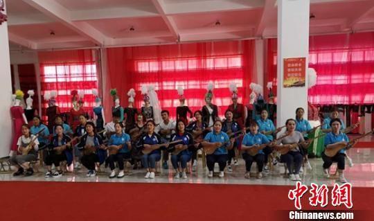 """新疆克孜勒苏柯尔克孜自治州职业技术学院学生弹唱""""库姆孜""""。 李德华 摄"""