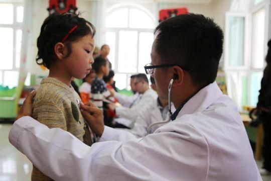 江苏援疆医疗专家正在进行儿童先心病免费筛查。赵清建/摄