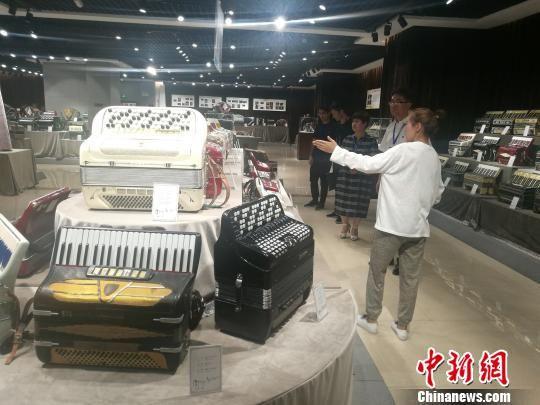 塔城市手风琴博物馆吸引了很多爱好音乐的游客前来参观。 闫文陆 摄