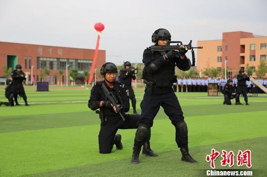 战术小组科目演练。 杨文涛 摄