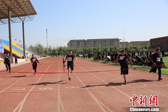 男子100米持盾跑。 杨文涛 摄