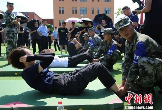 女干警参加仰卧起坐比拼。 杨文涛 摄