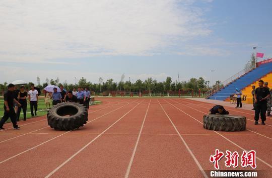 5人组100米翻轮胎接力。 杨文涛 摄