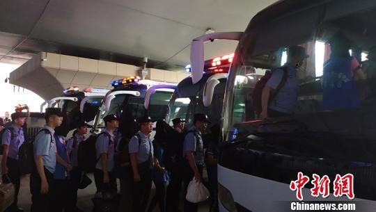 犯罪嫌疑人被连夜押解回石河子市。 吴海涛 摄