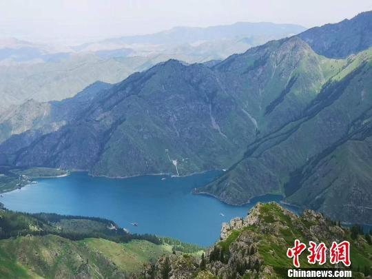 良好的服务保障工作让各地游客在感受天山天池绿水青山带来的美好的同时尽情享受新疆旅游的独特魅力。 田峰 摄