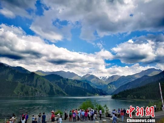 古尔邦节假期,天山天池景区每天都迎来游客逾2万人次,达到景区游客最大承载量。 田峰 摄
