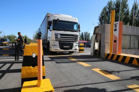 8月23日,来自哈萨克斯坦的车辆驶入永盛物流公司仓储基地货场。