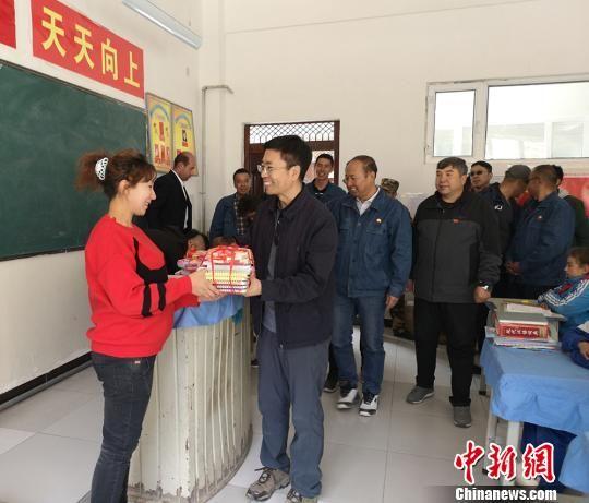 独石化党委书记任军革到叶城县定点扶贫村调研。 王兵 摄