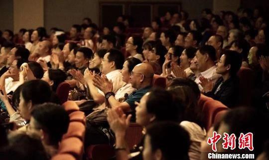 《那拉提恋歌》在北京人民艺术剧院、首都剧场上演时深受好评。 郝晨光 摄