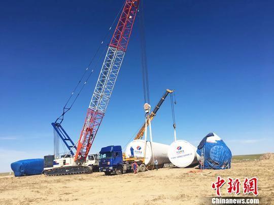 哈萨克斯坦札纳塔斯100兆瓦风电项目机组吊装作业。 汪兴宇 摄