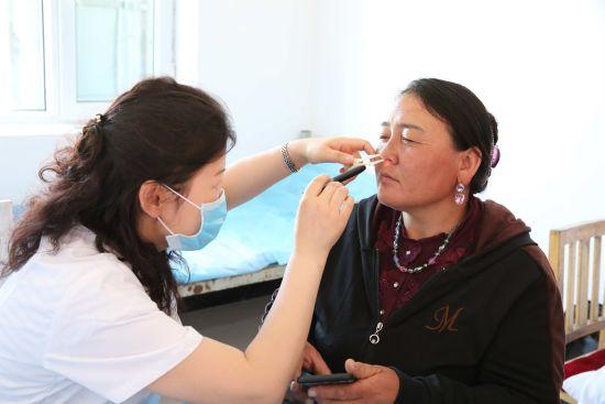 医生为村民做眼科检查。图片由新疆油田公司新闻中心提供