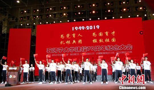 师生共同唱响《我和我的祖国》。 戚亚平 摄