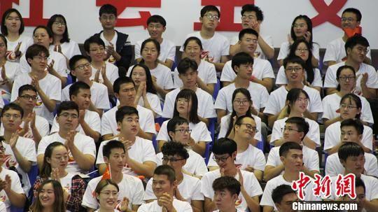 学生参加纪念大会。 戚亚平 摄