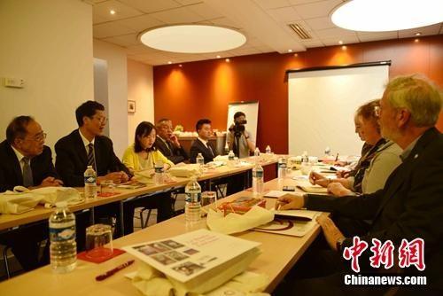 当地时间9月6日至8日,由中国国务院新闻办公室组织的中国新疆文化交流团访问法国,与法国穆斯林委员会、法国学者进行交流,介绍新疆的发展现状。图为9月6日,交流团和法国学者在巴黎进行座谈,双方就新疆反恐、去极端化和职业技能教育培训工作情况等展开了广泛讨论。 李洋 摄